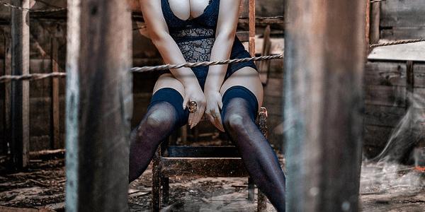 衣服破りのイメージ 破れやすい服を着た女性