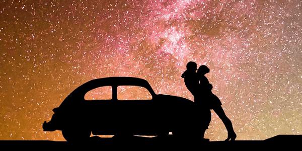 車内エッチのイメージ 車で情熱的に抱き合う男女