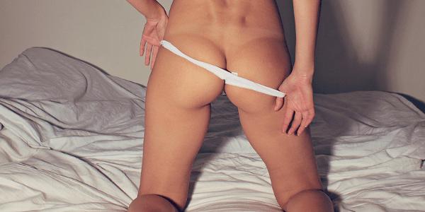 アナルセックスのイメージ お尻を出す女性