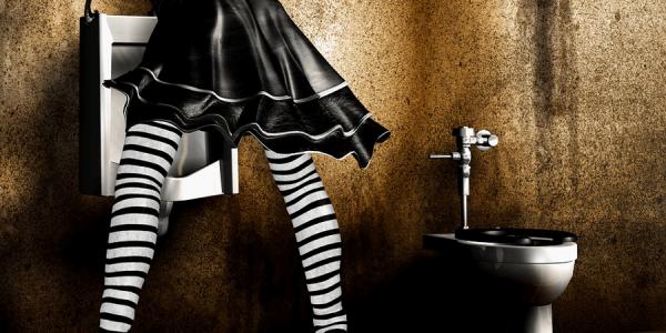 糞尿愛好症・スカトロジー・スカトロ トイレで放尿する女性の後ろ姿