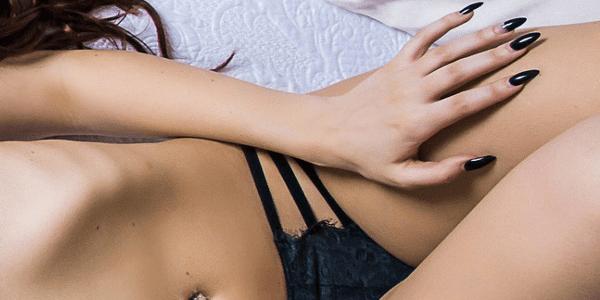 下腹部に指を添える女性